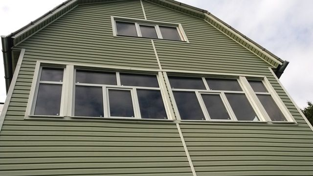 balkon-bolshoy-osteklennyy-pvh-oknami
