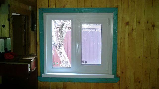 krasivoe-okno-v-derevenskom-dome