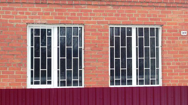 okna-pvh-i-reshotka-na-dache