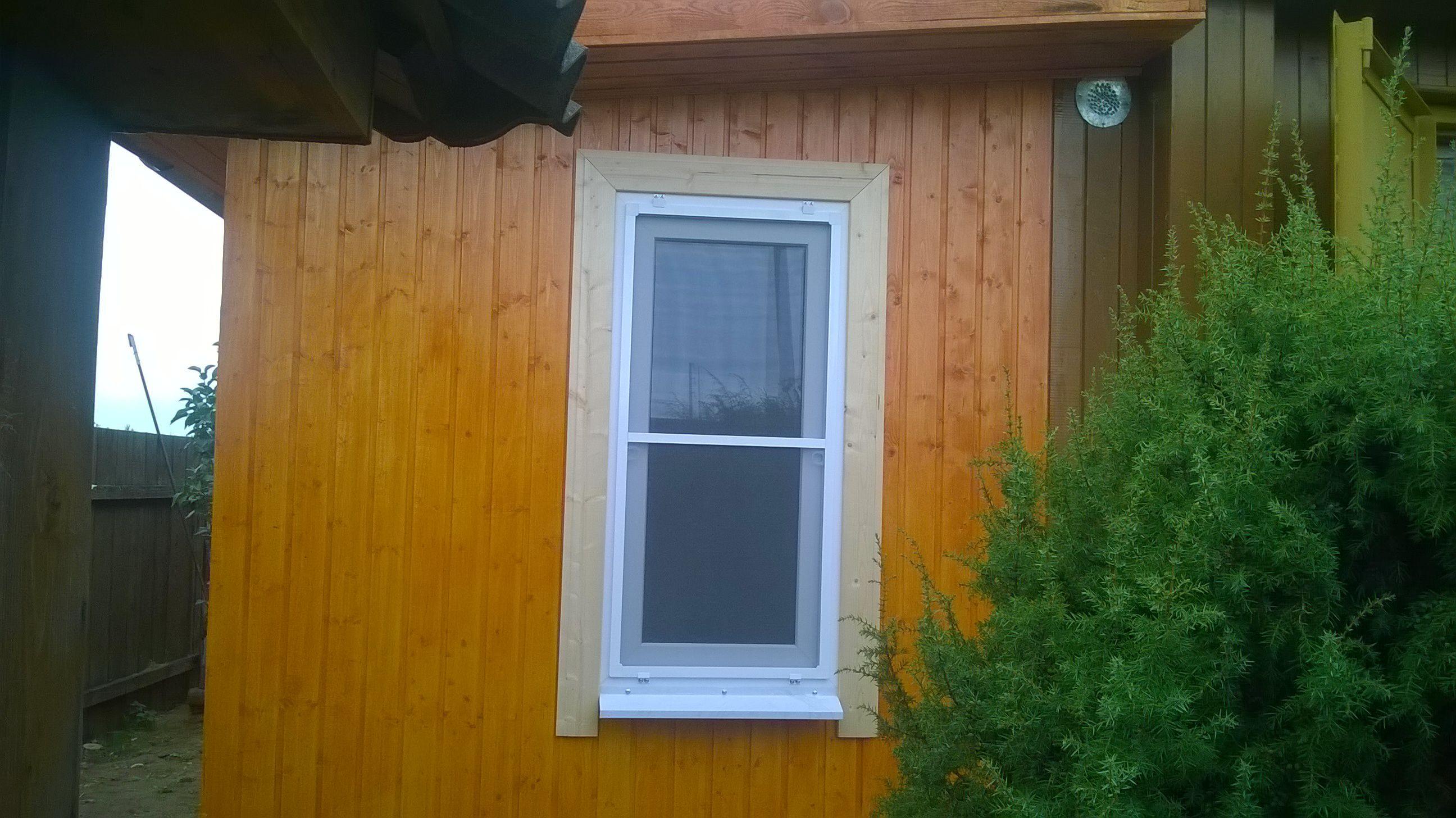 okno-malenkoe-pvh-nalichniki-vagonka